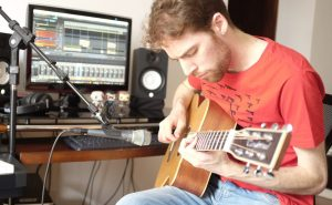 Gravando violão no home studio (foto: Fernanda Almeida)