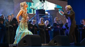 Coral e cantora ao vivo